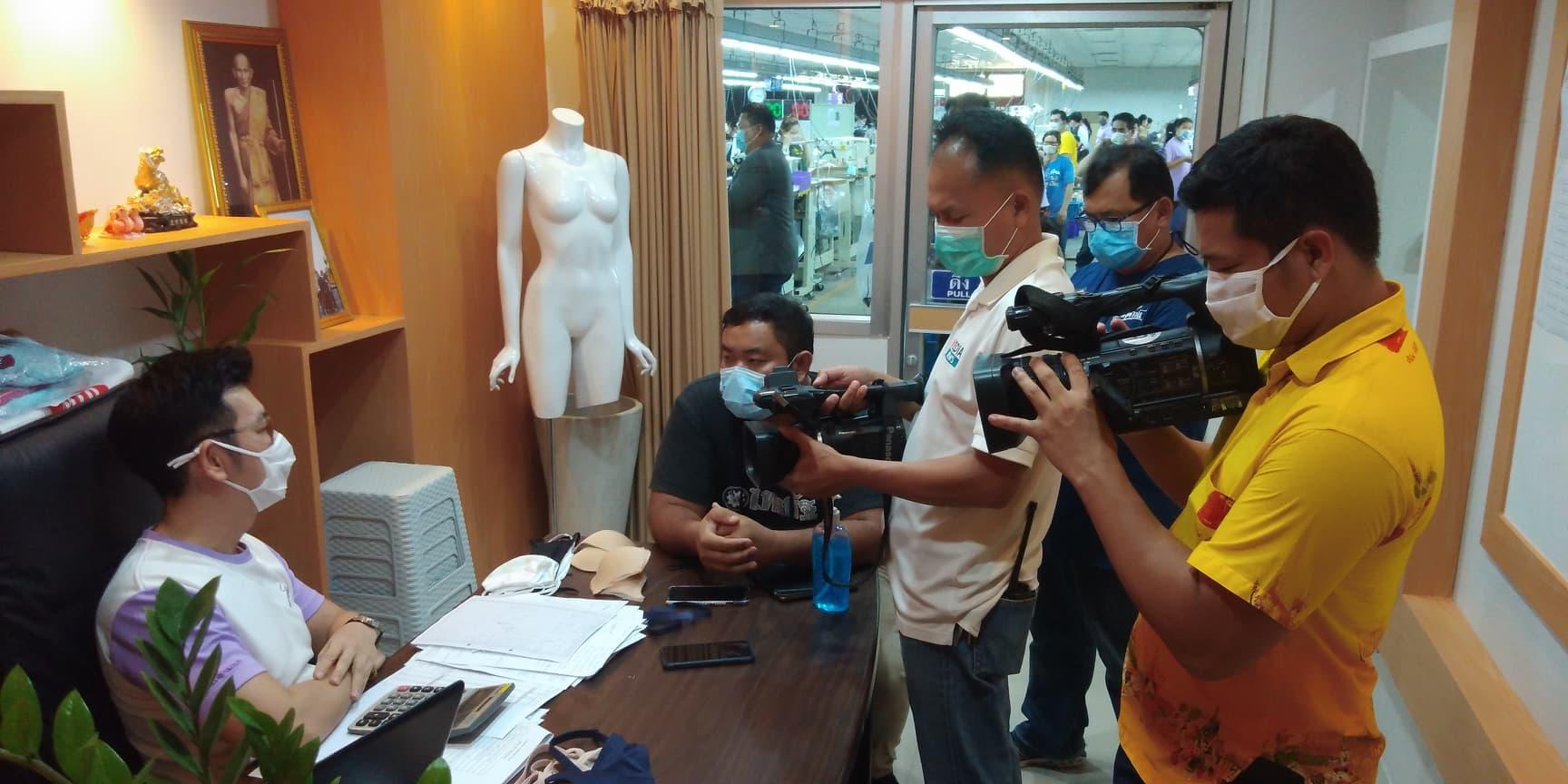 สื่อมวลชน จาก ไทยรัฐ  / NBT และ สถานีวิทยุกระจายเสียงแห่งประเทศไทยเข้าเยี่ยมชม บันทึกและสัมภาษณ์การเย็บแมสปิดจมูก เพื่อแจกจ่าย